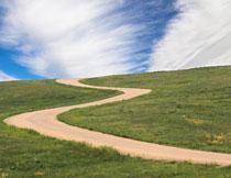 山坡上的蜿蜒小路摄影高清图片