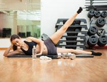 健身房器械与运动美女高清图片