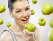 手拿青苹果的美女摄影高清图片