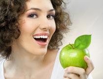 手里拿着青苹果的美女高清图片