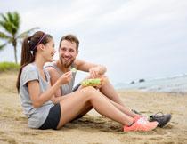 在一起共享美食的男女高清图片