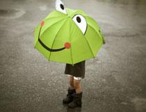 撑着青蛙图案雨伞的小朋友图片