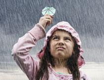 在雨中撑着小伞的儿童高清图片