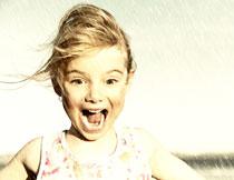 雨中惊讶表情的小女孩高清图片