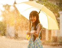 撑着雨伞的小女孩摄影高清图片