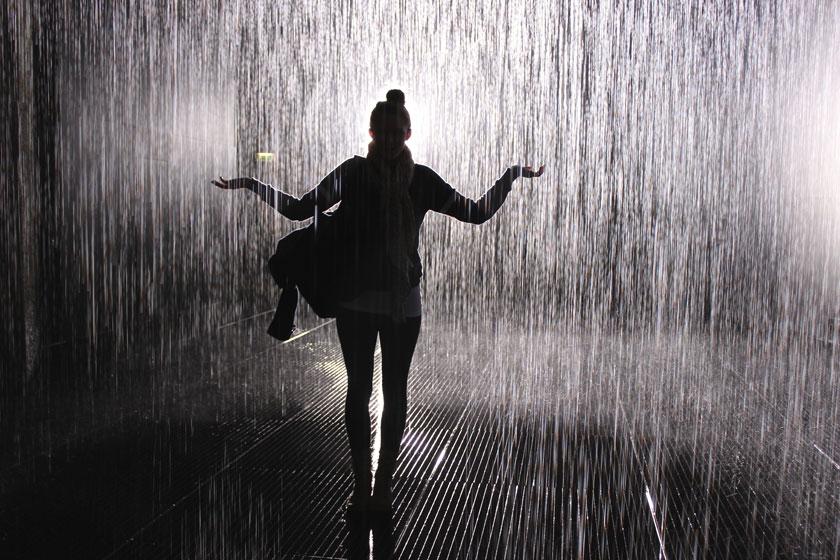 在雨中的人物逆光摄影高清图片 - 思缘设计素材共享