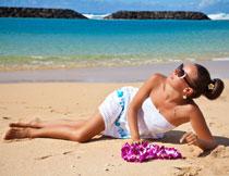 海滩上的裙装美女摄影高清图片
