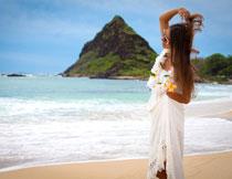 在海边戴着花环的美女高清图片