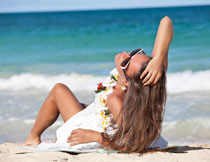躺在沙滩上的长发美女高清图片