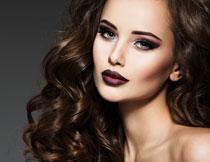 浓妆卷发美女模特摄影高清图片