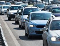 繁忙道路上的汽车摄影高清图片