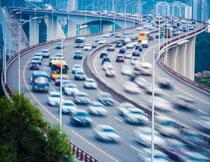 在城市高架桥上的繁忙车流图片