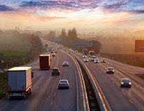 双向六车道的高速公路高清图片