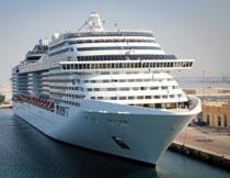 停靠在港口的巨轮摄影高清图片