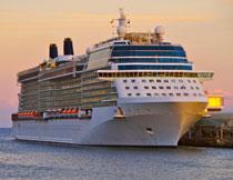 停靠在岸边的巨型轮船高清图片