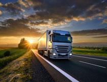 黄昏时分公路上的货车高清图片
