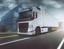 集装箱与公路上的厢式货车图片