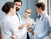在商讨病情的医生人物高清图片