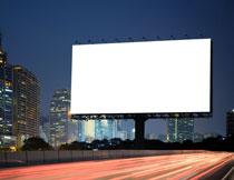 矗立在道路边的广告牌高清图片