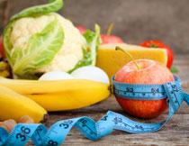 瘦身蔬菜水果与蓝色的软尺图片