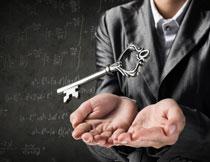 悬浮在双手之上的钥匙创意图片