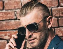 打电话的墨镜男子摄影高清图片