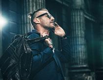 戴墨镜的服饰男子摄影高清图片