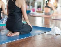 瑜伽馆的运动美女人物摄影图片