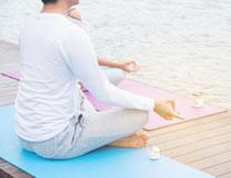 面朝着大海的瑜伽人物高清图片