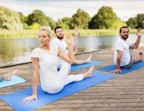 水边做瑜伽的男女摄影高清图片