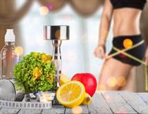 桌上的哑铃与水果摄影高清图片