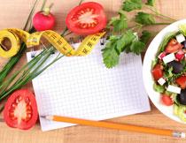 桌上的番茄与蔬菜沙拉高清图片