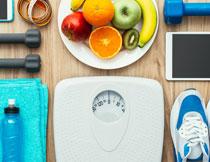 体重秤毛巾与水果摄影高清图片