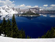 湖畔连绵雪山自然风光高清图片