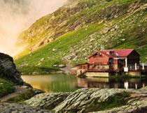 山脚下湖边的房子摄影高清图片