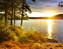 黄昏闪耀着波光的湖面高清图片