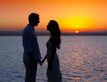 黄昏在海边的情侣人物高清图片