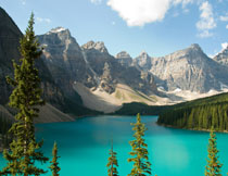 湖畔高峰树林自然风光高清图片