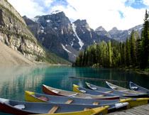 大山树林与湖边的小船高清图片