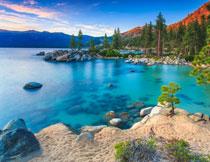 蓝天远山树木湖泊摄影高清图片