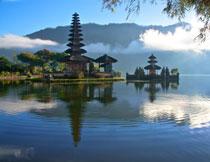 湖边的古寺庙建筑摄影高清图片