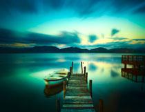 湖畔小船与远处的山峦高清图片