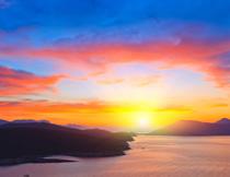 日出曙光下的山水风光高清图片