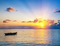 黄昏海面上的小船摄影高清图片