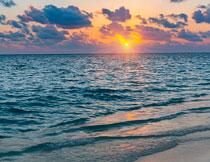 浩瀚大海与空中的乌云高清图片