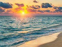 黄昏云彩与辽阔的大海高清图片