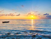 黄昏夕阳下的海上小船高清图片