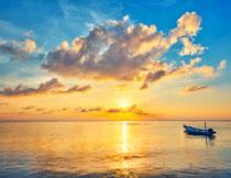小船与泛着波光的海面高清图片