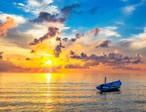 夕阳西下蓝天小船风景高清图片