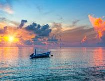 停在海上的一只小木船高清图片